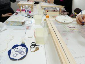 レッスン風景です。大きなテーブルを囲んで、皆んなでビーズ刺繍をしています。