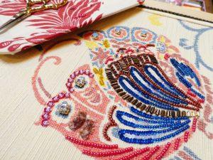 紬の帯の絵柄にビーズ刺繍をしています。ビーズとスパンコールで刺した綺麗な蝶々ができています。