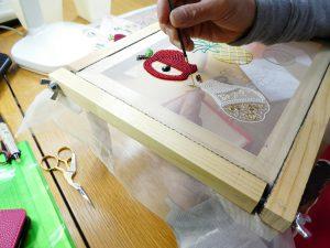 アリワークで洋ナシを刺しています。狭い箇所を糸刺繍しています。