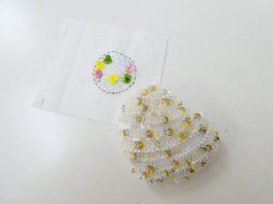 ハート型と円形のストラップです。スパンコールで刺した立体的なお花が可愛いです。