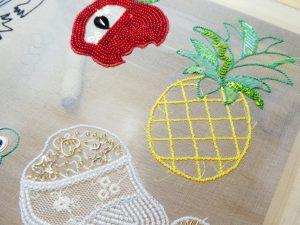 アリワークでフルーツを刺しています。リンゴ、洋ナシ、パイナップルがほぼ完成しています。