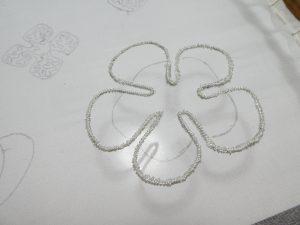 5枚の花びらの輪郭にワイヤーを入れて刺しています。