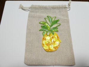 パイナップルをカットワークして、麻の小袋にアップリケしました。