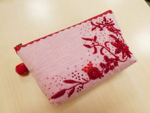 赤の単色で刺しています。前面にお花の刺繍がしてあります。