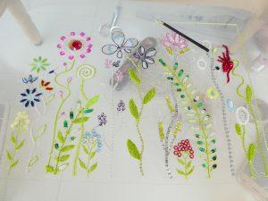 アリワークで様々なお花を刺しています。光沢のある糸を使っているので高級感があります。