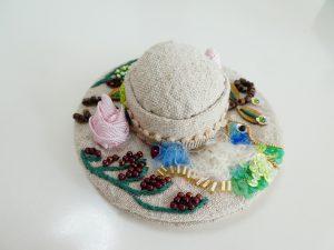 帽子型のピンクッションです。中央の膨らんでいる部分に針を刺します。つばにビーズ刺繍がしてあります。