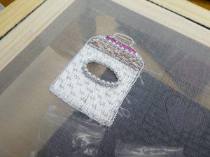 シュガーポットのブローチを制作中。アリワークで畳模様を描きながら刺しています。