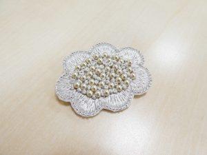花芯部分はパールを刺しています。花びらは刺繍糸で刺したブローチです。