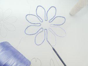 花の輪郭にワイヤーを這わせて糸で固定します。