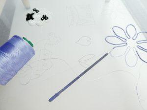 花の輪郭にワイヤーを入れ糸で固定しています。