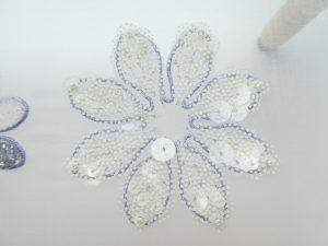 8枚の花びらに、透明なドット模様のスパンコールを刺しています。