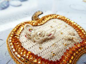 りんごのブローチが出来ました!糸刺繍の上にColoured Purlで薔薇の花を刺しました。