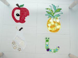 オーガンジーにスパンコールとビーズを刺繍しています。リンゴやパイナップルなどの、模様ができています。