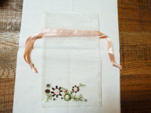 お気に入りのオーガンジーの袋にビーズとスパンコールを刺しました。可愛い小花ができています。