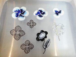 輪郭にワイヤーを入れ、沢山のスパンコールを刺繍した大小の花びらが刺繍してあります。モンステラの葉も刺繍してあります。