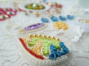 コードで葉の形を作った中にパール、スパンコール、リボン刺繍をします。