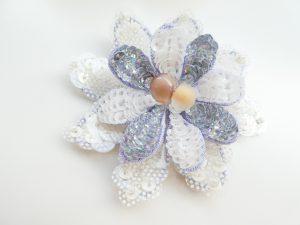 花びらを2枚重ねて花芯に半透明の勾玉を2個縫い止めました。