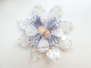 大きな花びらの上で、小さい花びら内側にカールされています。花芯には勾玉が2個飾ってあります。