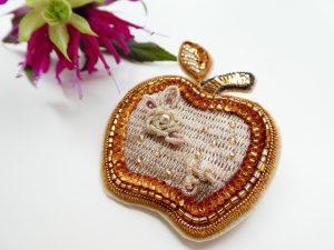 5cm程のリンゴのブローチです。左側に小さな葉が付いています。内側は糸刺繍し周りはスパンコールを刺しています。