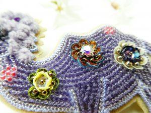 胴体部分にスパンコールとビーズを組み合わせたお花を3個刺繍します。