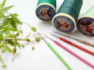 先端が鋭く尖っているアリワーク用のカギ針です。ビーズやスパンコールを刺繍する時に使用する糸もあります。