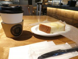 カフェでコーヒーとトーストで朝食です。