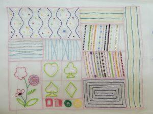 アリワークで刺繍しています。ビーズで直線やハート、花模様などが刺繍してあります。