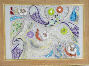 アリワークで刺した作品です。びーずとスパンコールを使った繊細に刺繍された大小のペイズリー柄が沢山あります。糸で固定した円形のミラーもバランス良くあります。