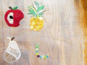 アリワークで刺繍したフルーツがあります。リンゴ、パイナップル、洋梨とイモムシです。ビーズとスパンコールが沢山使ってあります。