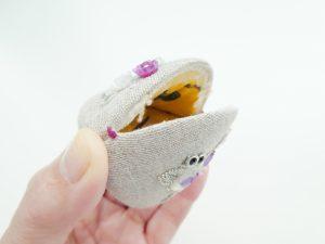 貝の口は三面で出来ています。両サイドを一緒に押してやると口が開いて、物を入れる事ができます。