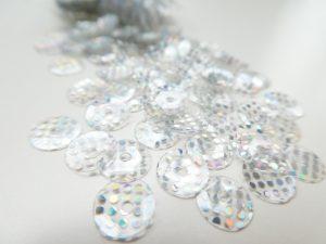 透明なスパンコールにレインボーのドット模様がプリントされています。