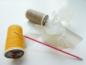 オーガンジーリボンとアリワーク刺繍に使う細長い針です。