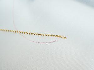 図案線の刺し始めの位置より5mmほど長くワイヤーを置きます。