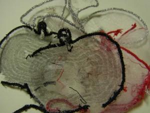 リンゴ、音符の刺繍を解いた残骸があります。