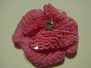 ピンクの花びらを2枚重ねたチャームにしていきます。中心にクリアストーンがあります。
