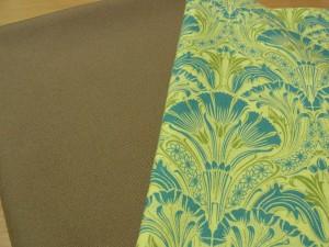 バックの表生地は茶色の帆布です。裏は青と黄緑の大きな花模様です。