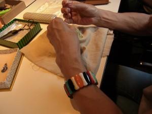 カラフルなtreeの課題に挑戦しています。刺している手元が写っています。