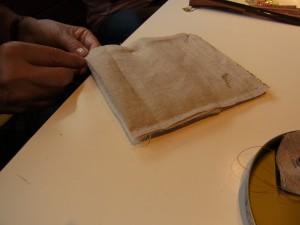 小物入れの刺繍が完成したので、手縫いで仕立てをしています。
