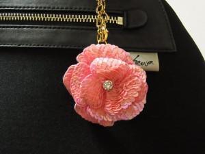 ピンクのオーロラス入りのパンコールを使っています。3枚の花びらを重ねて作ったチャームです。