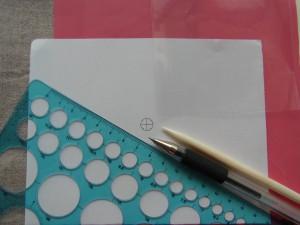 生地に図案を転写する為の道具があります。生地、チャコペーパー、図案、セロファン、スケール、ペンです。