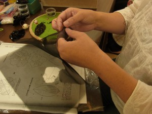 黒の花にフリンジを付けたコサージュを作っています。生地をカットする時に、刺繍をした糸を切ってしまったので、刺し直しています。ガンバレーです!!!