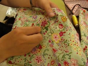 2つの課題を同時進行!'青い花のチャーム'は刺繍が終わり、組み立てをすれば完成です。こちらの花模様の刺繍も、着々と進んでいます!