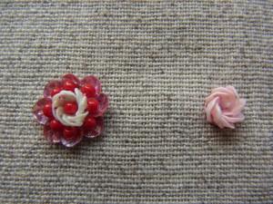 同じ円の製図ですが刺し方を変えると、まったく違う花ができます。右が8枚の花びら、左は16枚の花びらとビーズで出来ています。