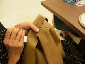 アリワークの木枠を入れるバックを作っています。まずは、丸小ビーズの連続刺しからスタートです!生地は濃いベージュの帆布です。