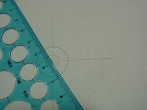 先程の角度の印と円の中心を結んで、二重円の外側の円に印をつけます