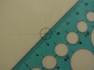 先程の90度の印と円の中心を結び、円の内側の際に印をつけます。対角線状に行います。
