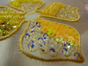 花びらに2㎜カップ型オーロラスパンコールを入れた、パニ刺繍が施してあります。横には3㎜フラット型スパンコールが、連続刺しで刺してあります。