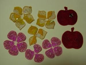 アリワークで刺し終えたリンゴ、花2種類をカットしました。