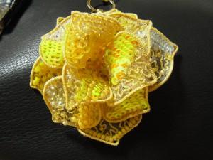 黄色い薔薇のチャームが完成しました。3枚の花びらを組み立てます。同じような模様が重ならないように、バランスを考えて配置します