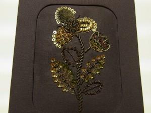 メタリックな材料で刺しています。3種類も花びらと葉にグラデーションがついています。